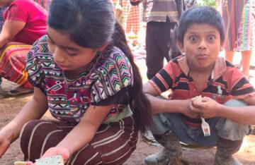 Entrega de Alimentos en Aldeas Abandonadas de Guatemala