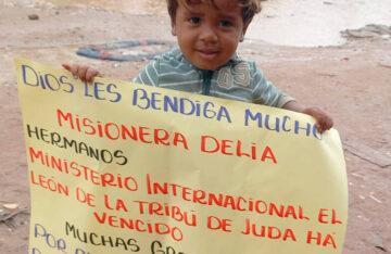 Entrega de Sandalias a Niños en Brazil
